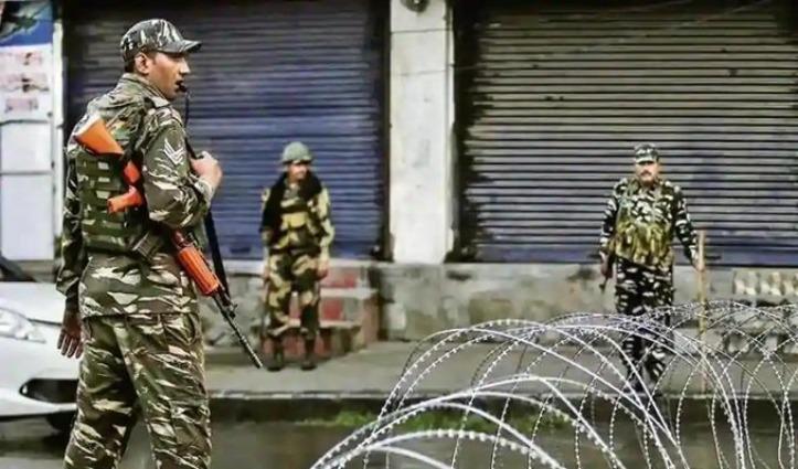Pulwama में दो जगह मुठभेड़ – एक आतंकी ढेर, हिजबुल कमांडर रियाज नायकू घेरा