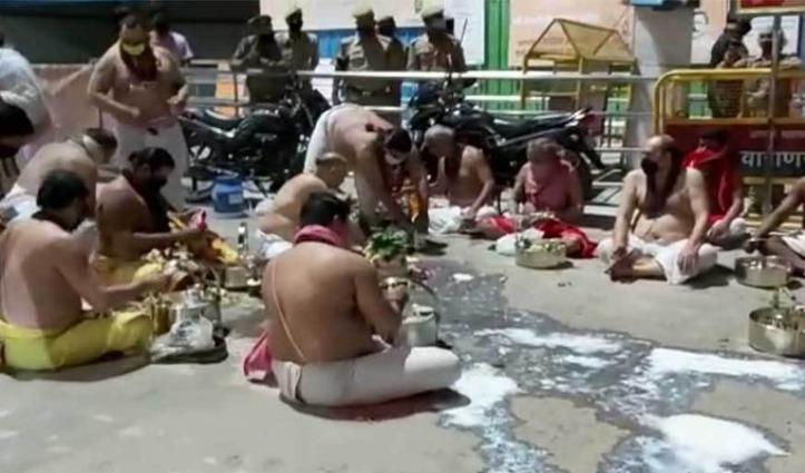 काशी विश्वनाथ मंदिर में 300 साल पुरानी परंपरा टूटी, महंत परिवार ने सड़क पर की सप्त ऋषि आरती
