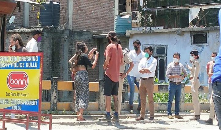 राजस्थान के पुष्कर से चार विदेशी पर्यटक टैक्सी लेकर पहुंचे Kullu