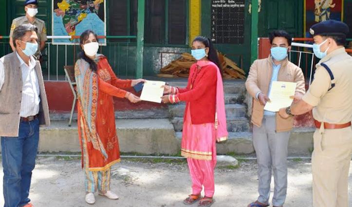 Zirakpur से लौटे युवा दंपति ने पूरा किया क्वारंटाइन, सम्मानित करने पहुंचे DC-SP
