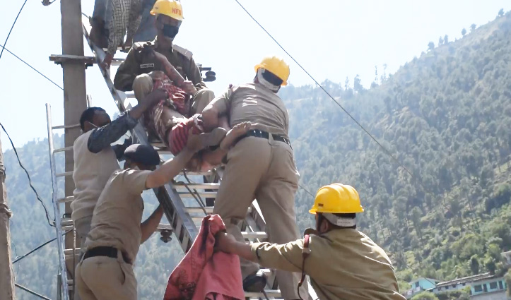 बिजली पोल धमाके में घायल टेक्नीशियन ने PGI ले जाते समय रास्ते में तोड़ा दम