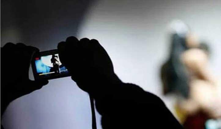 कलयुगी बेटे ने किया शर्मसार: मां की अश्लील तस्वीर खींचकर करने लगा Blackmail
