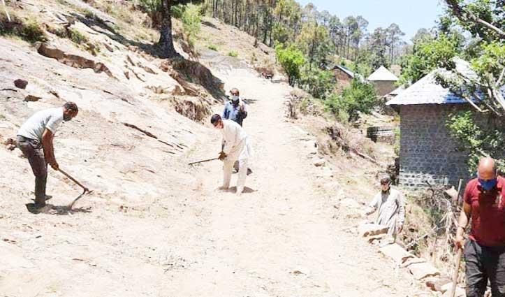 लॉकडाउन के बीच मिसाल बना Himachal का ये गांव; ग्रामीणों ने पत्थर काटकर गांव की सड़क को पक्का किया