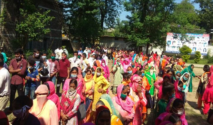 Breaking: कोविड-19 संकट के बीच Nagrota Bagwan में भड़के लोगों ने जमकर की नारेबाजी, भूल गए सोशल डिस्टेंसिंग