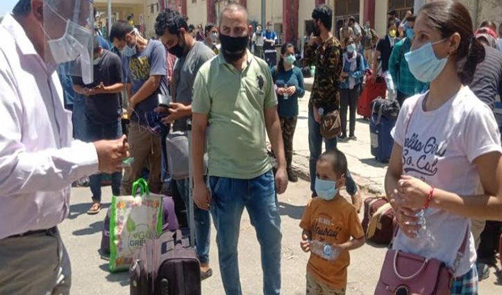 हैदराबाद से विशेष Train से पठानकोट पहुंचे 118 हिमाचली, तालियों से हुआ स्वागत