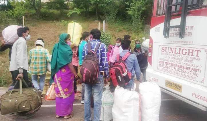 घर जाने की मजबूरीः बस में 600 रुपए किराया देकर Pathankot गए प्रवासी मजदूर