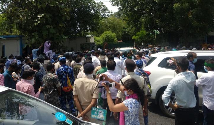 गोपालगंज हत्याकांड : Lockdown में निकले तेजस्वी-राबड़ी के काफिले को Police ने रोका, मौके पर भारी हंगामा