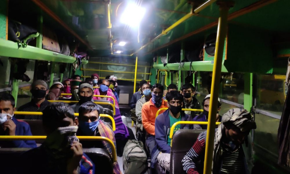 ऊपरी शिमला से Kashmiri laborers की घर वापसी, सात बसों में हुए रवाना