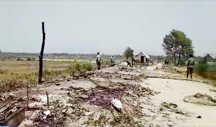 Corona संकट के बीच संतोषगढ़ में राख के ढेर में बदली मजदूरों की झुग्गियां