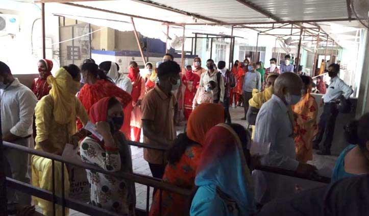 लापरवाही: ऊना अस्पताल में Social Distancing के नियम भूल गए लोग