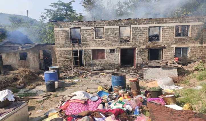 गोशाला में उठी आग की लपटों से 6 कमरों का मकान राख, भैंस को बचाने गई बुजुर्ग महिला के हाथ झुलसे