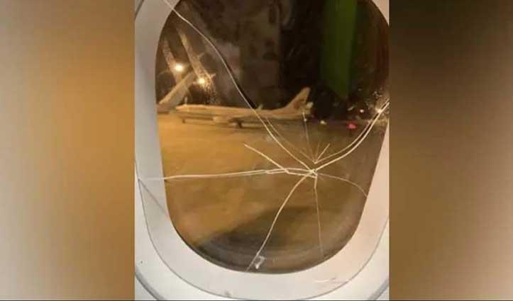 Boyfriend  ने धोखा दिया तो लड़की ने Plane की खिड़की पर निकाला गुस्सा, करनी पड़ी इमरजेंसी लैंडिंग