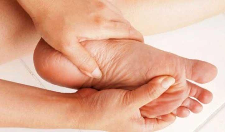 क्यों हो रही है आपके पैरों में जलन कारण जानना है जरूरी