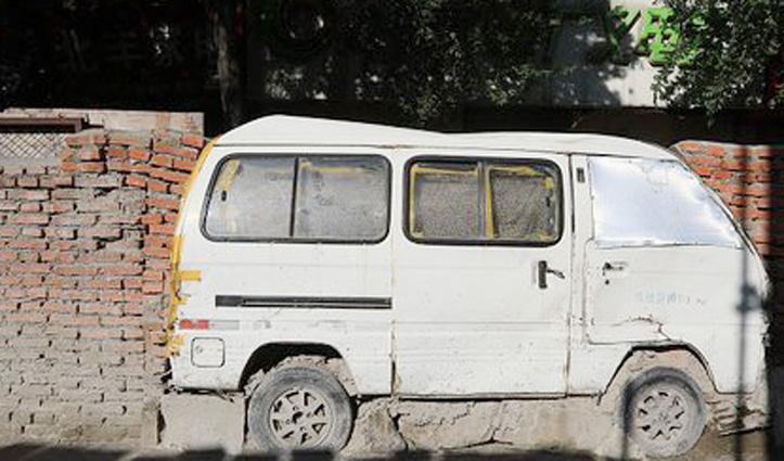 ये कैसा जुगाड़ : दीवार में चुनवा दी Mini Bus, वजह जानकर हो जाएंगे हैरान