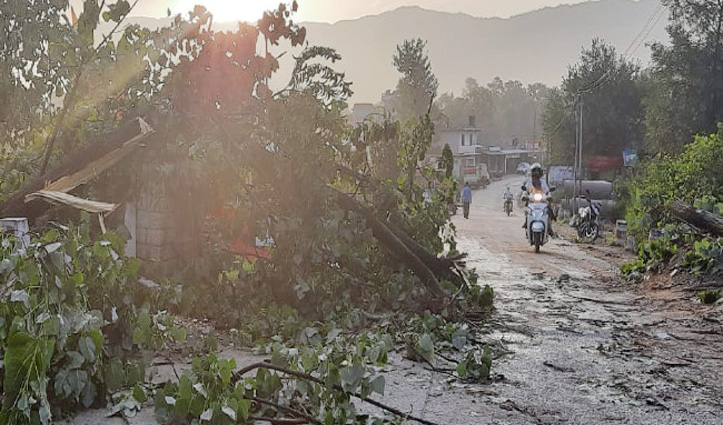 Himachal के इस जिला में तूफान और बारिश का कहर, एक ही रात में 2 करोड़ की चपत