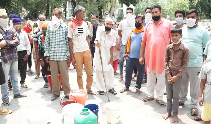 पानी के साथ निकल रहे कीड़े, खाली बाल्टियां लेकर जल शक्ति विभाग कार्यालय के बाहर Protest