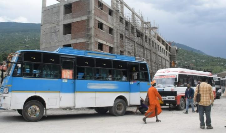 बसों का तेल खर्च पूरा ना होने से Private Bus संचालक परेशान, रूटों पर घटाई बसों की संख्या