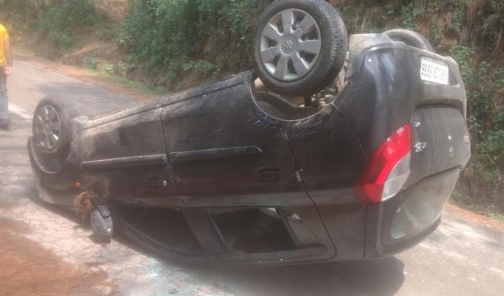 अनियंत्रित होकर सड़क किनारे पलटी Car, ससुर-बहू को आई मामूलीं चोटें