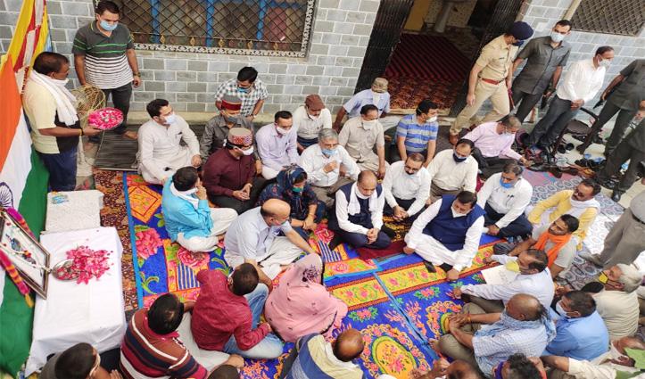 Live : सीएम Jai Ram Thakur ने शहीद जवान Ankush Thakur के घर पहुंचकर परिजनों को ढांढस बंधाया