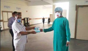 टांडा में डॉक्टरों और नर्सों को बांटे एन-95 मास्क