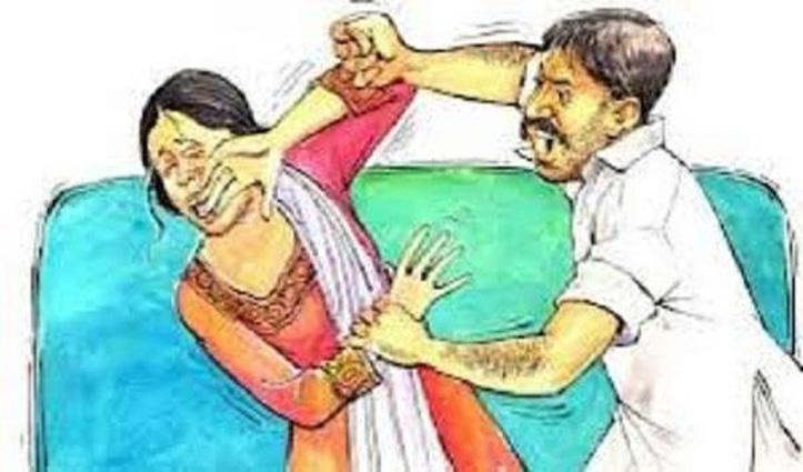 घर लौट रही महिला का रास्ता रोककर युवक ने किया कुछ ऐसा, Police ने दर्ज किया मामला