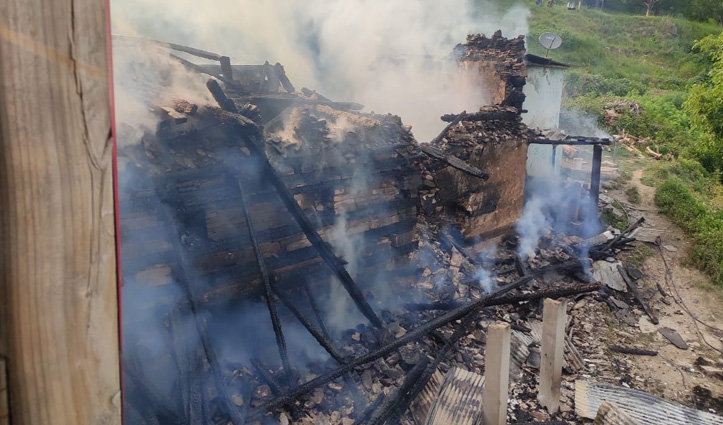 ठियोग के छैला में तीन मंजिला लकड़ी का पुश्तैनी मकान जलकर राख, चार परिवार हुए बेघर