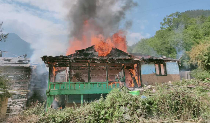 Himachal Breaking : आठ कमरों का लकड़ी का मकान आग की लपटों में हुआ राख, देवता का मंदिर सुरक्षित