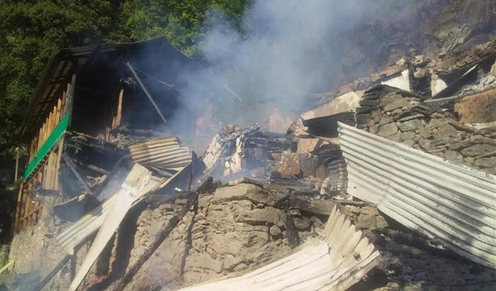 Kullu: अढ़ाई मंजिला लकड़ी का मकान जलकर राख, 4 परिवार के 19 सदस्य हुए बेघर