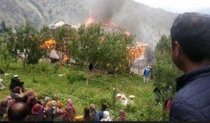 Shimla के कोटखाई में 48 कमरों के तीन मंजिला मकान में लगी आग- देखें तस्वीरें