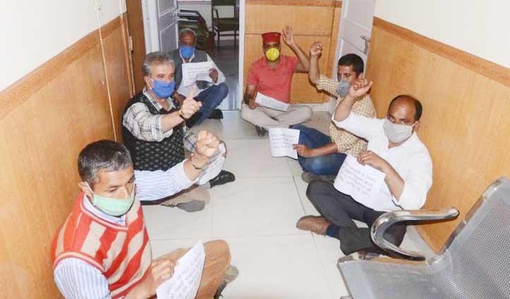 रसोई गैस की कमी को लेकर धरने पर बैठे MLA Singha, सिलेंडर भेजने के बाद रोका प्रदर्शन