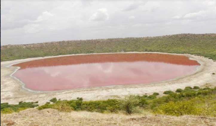 उल्कापिंड गिरने से बनी थी ये झील, रातोंरात गुलाबी हो गया इसका पानी