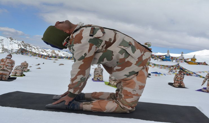 International Yoga Day : 18,000 फीट की ऊंचाई पर लद्दाख में बर्फ की सफ़ेद चादर पर जवानों ने किया योग