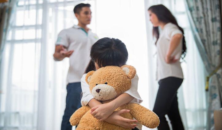 मां-बाप के बीच रोजाना हो रहे झगड़े, बच्चों को बना सकते हैं चिड़चिड़ा