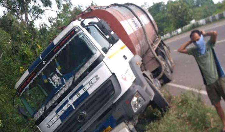 कांगड़ा: तेल से भरा टैंकर सड़क किनारे लुढ़का, बाल-बाल बची Driver की जान
