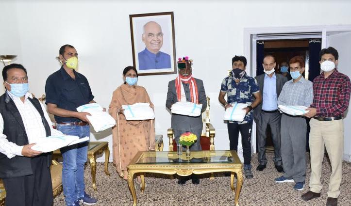 राज्यपाल ने नाईयों को बांटी पीपीई किट