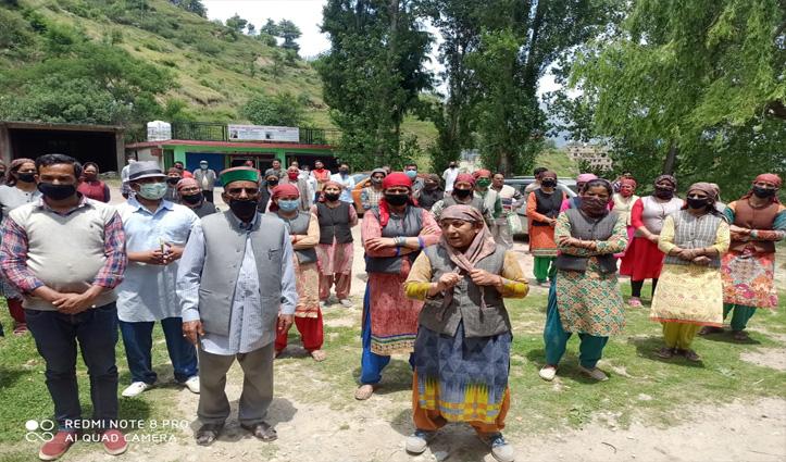 हिमाचल में इस Covid Care Center का हो रहा जबरदस्त विरोध, अस्पताल के बाहर जुटी भीड़