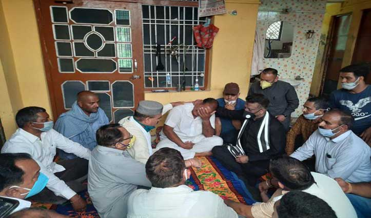 शहीद अंकुश ठाकुर के घर सांत्वना जताने पहुंचे Rathore, कांग्रेस कमेटी के फंड से स्मारक बनाने का किया वादा
