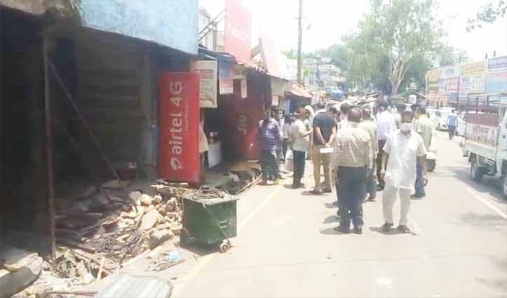 Hamirpur Bus Stand के बाहर अतिक्रमण पर चला पीला पंजा, भड़के खोखाधारक- दिया धरना
