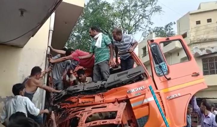 गगरेट बाजार में Shop व घर में जा घुसा कोयले से लदा बेकाबू Truck