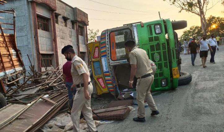 नाहन: कांशीवाला में बीच सड़क पलटा Truck, नीचे दबे 6 प्रवासी- गंभीर घायल