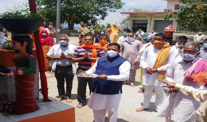 First Hand: कोविड-19 प्रकोप के बीच मंदिर पहुंचे Himachal के ये Minister, हवन-यज्ञ में बैठे-झंडा चढ़ाया