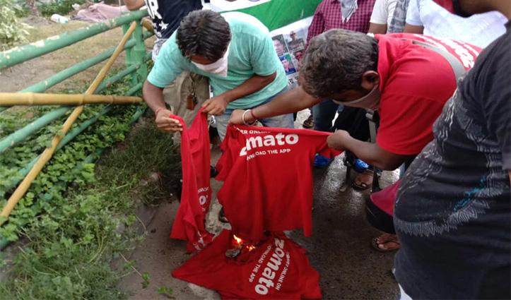 चीन के विरोध मेंZomato के कर्मचारियों ने जलाई कंपनी की T-shirts- कहा भूखे रहने को तैयार
