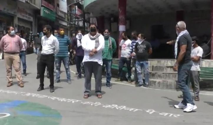 सड़कों पर उतरे Lockdown में बेरोजगार हुए युवक, गांधी चौक पर किया Protest