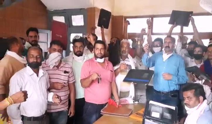 Bilaspur: निजी बस ऑपरेटरों का प्रदर्शन, प्रशासन को सौंपी बसों की चाबियां