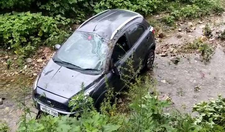 लावारिस पशुओं की लड़ाई में सड़क से उतरकर खड्ड में जा गिरी Car, फिर जो हुआ पढ़ें