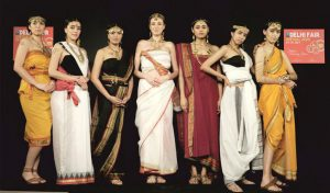 अनोखा फैशन शो, मॉडल्स ने बिखेरी जनजातीय गहनों की चमक