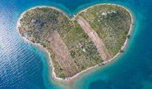 दिल के आकार का रहस्यमयी Island, यहां साल में सिर्फ एक दिन ही जाने की है Permission