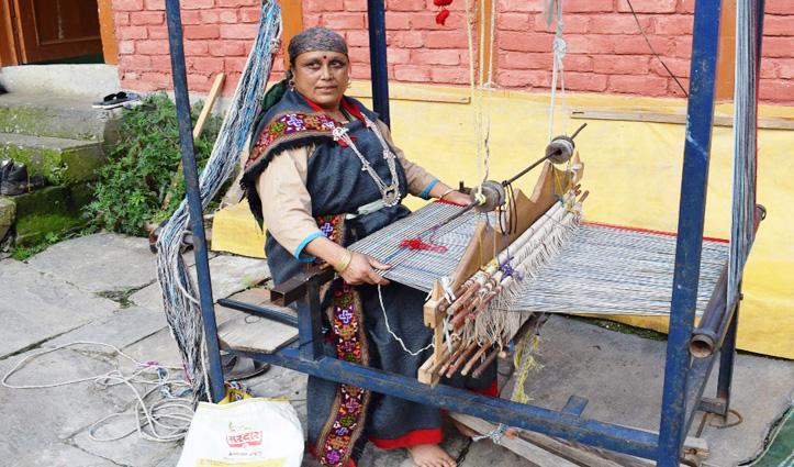 खड्डी से पूरे परिवार को ऐसे पालती है Kamla, बुनाई उसके लिए कला भी तो जीने का साधन भी