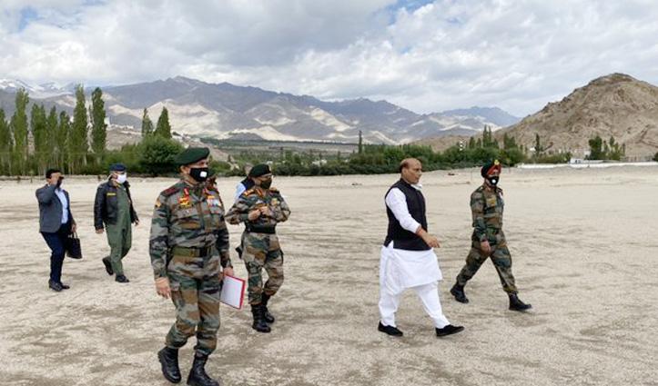 Leh पहुंचे रक्षा मंत्री राजनाथ सिंह, सुरक्षा बलों की Para Dropping Skill भी देखी