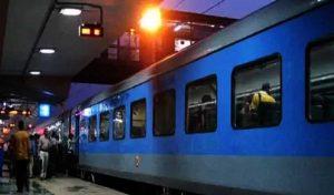 बिजली बचाने की अच्छी तरकीब : प्लेटफॉर्म पर Train आते ही जलती है Light, जाते ही होती है बंद